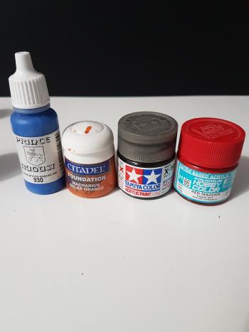 IMAGE Plusieurs types de peinture acrylique.